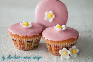 Zitronen-Cupcakes mit Rosenwasser-Glasur