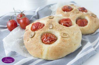 Focaccia mit Tomaten und Knoblauch