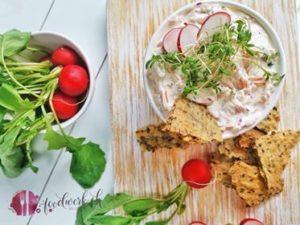 Hausgemachte Cracker mit Karotten-Radiesschen Dip/Aufstrich