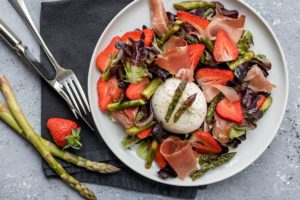 Grüner Spargel-Salat mit Erdbeeren und Burrata